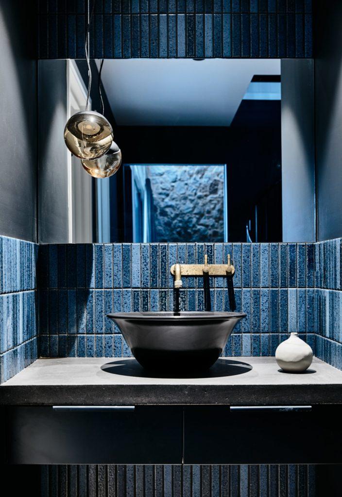 Gallery-of-Beechworth-Residence-by-Doherty-Design-Studio-Local-Australian-Bathroom-Design-Beechworth-VIC-Image-16-704x1024 Apartament Aranżacja wnętrz Interior Design Projekty wnętrz Projekty wnętrz Warszawa Wnętrza