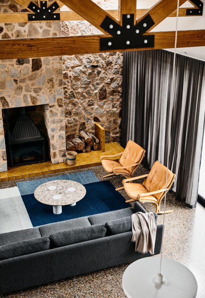 Gallery-of-Beechworth-Residence-by-Doherty-Design-Studio-Local-Australian-Design-Beechworth-VIC-Image-9-704x1024 Apartament Aranżacja wnętrz Interior Design Projekty wnętrz Projekty wnętrz Warszawa Wnętrza